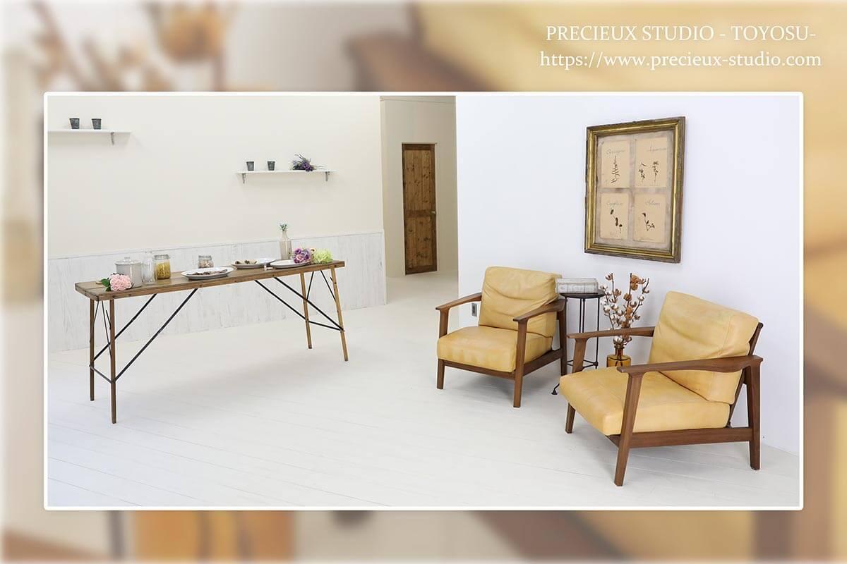 プレシュスタジオ豊洲店の撮影セット内装 ソファとテーブル