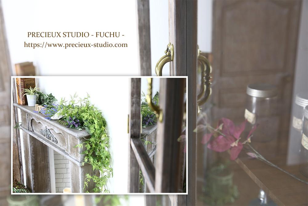 プレシュスタジオ府中店の撮影セット内装 木のインテリアと白い壁のお部屋