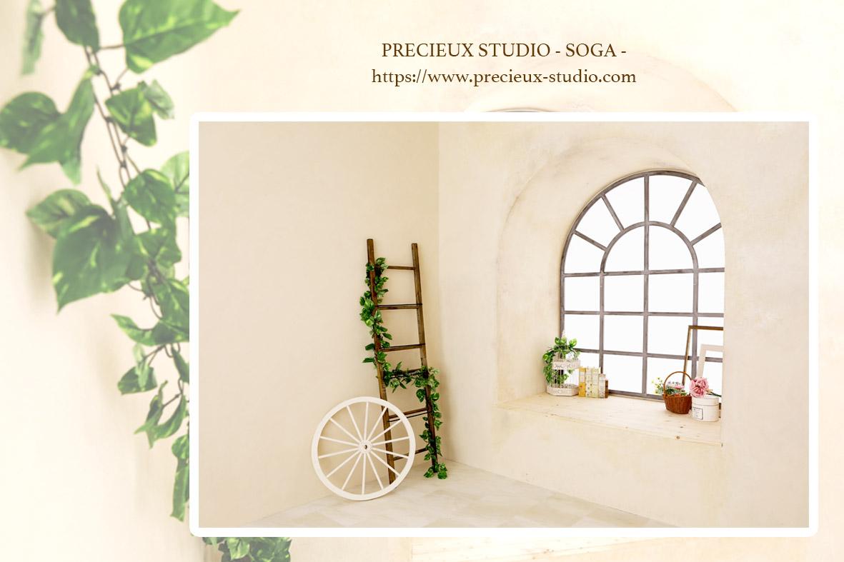 プレシュスタジオ蘇我店の撮影セット内装 窓のあるシャビーシックな白いお部屋