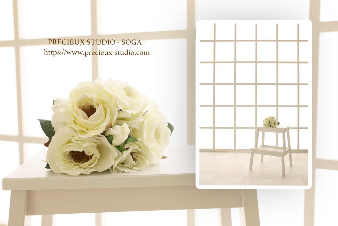 プレシュスタジオ蘇我店の撮影セット内装 明るい窓と白い花