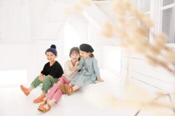カジュアル子供服でお誕生日の記念写真撮影