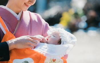 お宮参りのママと赤ちゃん