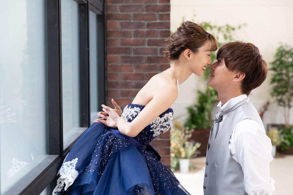 プレシュウェディング撮影 ブルーのドレスとシルバーのタキシードの新郎新婦 ポーズ