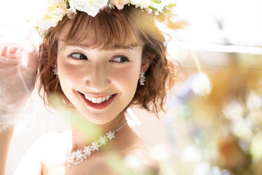 プレシュウェディング撮影 ウェディングドレスと花冠の花嫁 アップ
