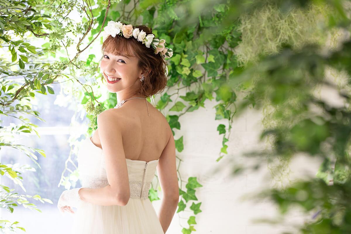 プレシュウェディング撮影 ウェディングドレスと花冠の花嫁 振り向き写真