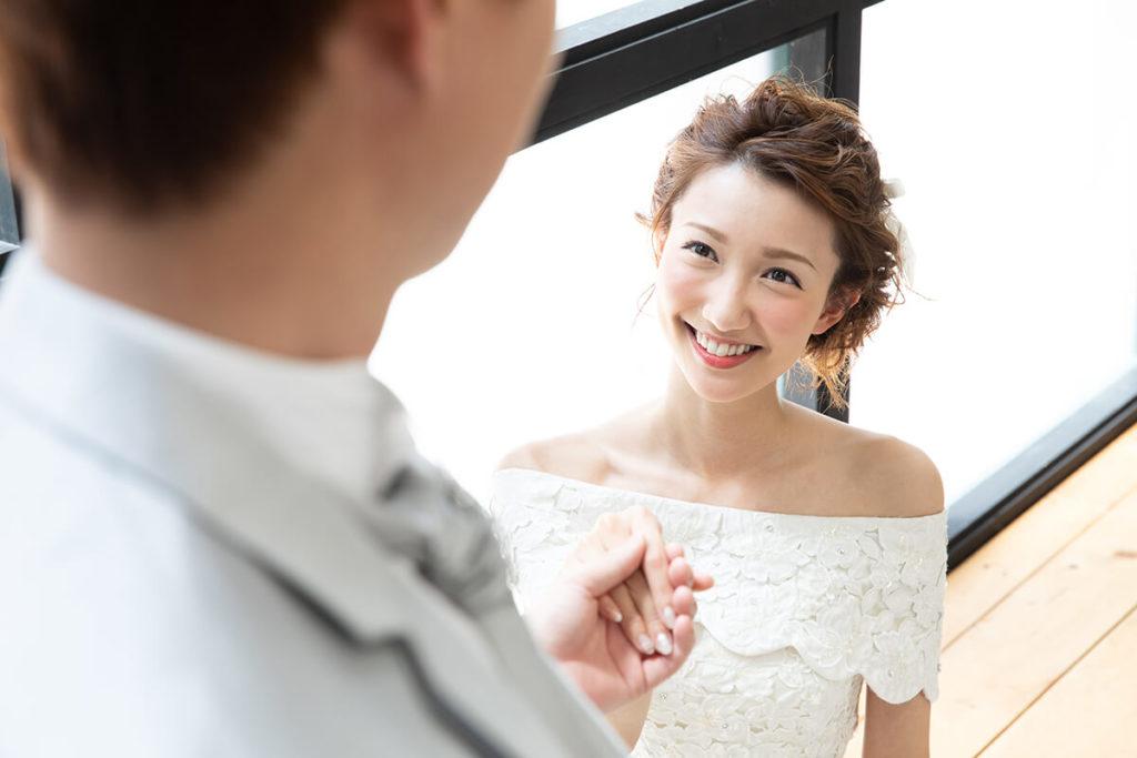 プレシュウェディング撮影 ウェディングドレスの花嫁と新郎