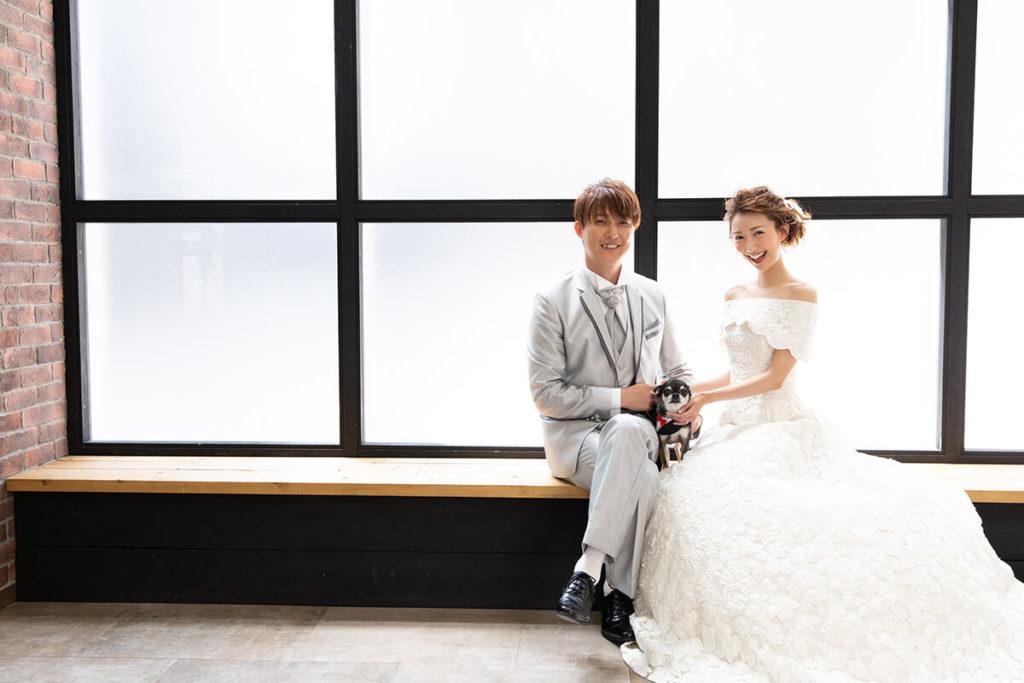 プレシュウェディング撮影 ウェディングドレスの花嫁とシルバーのタキシードの新郎 ペア