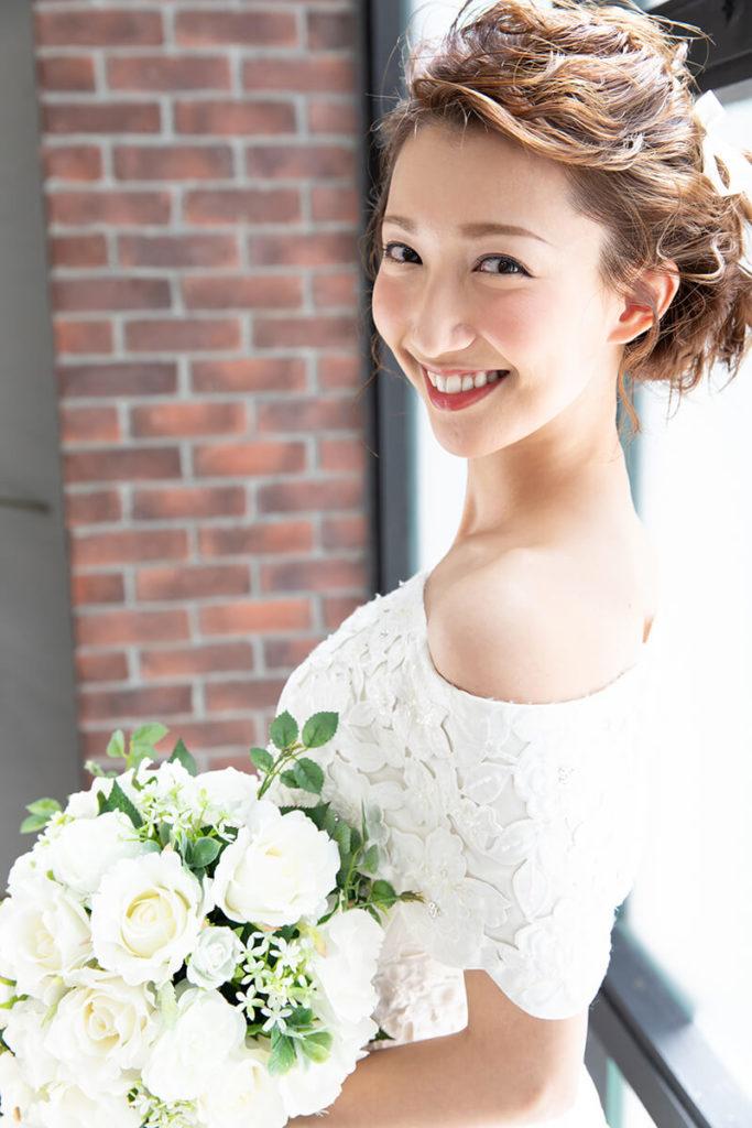 プレシュウェディング撮影 ブーケを持ったウェディングドレス姿の花嫁 バストアップ