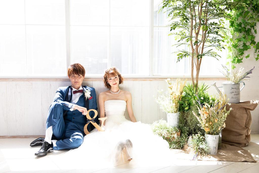 プレシュウェディング撮影 ウェディングドレスの花嫁とブルーのタキシードの新郎 ペア