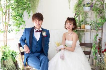 プレシュウェディング撮影 ウェディングドレスの花嫁とブルーのタキシードの新郎