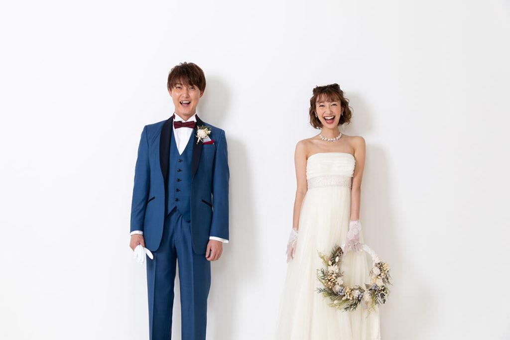 プレシュウェディング撮影 ウェディングドレスの花嫁とブルーのタキシードの新郎 全身