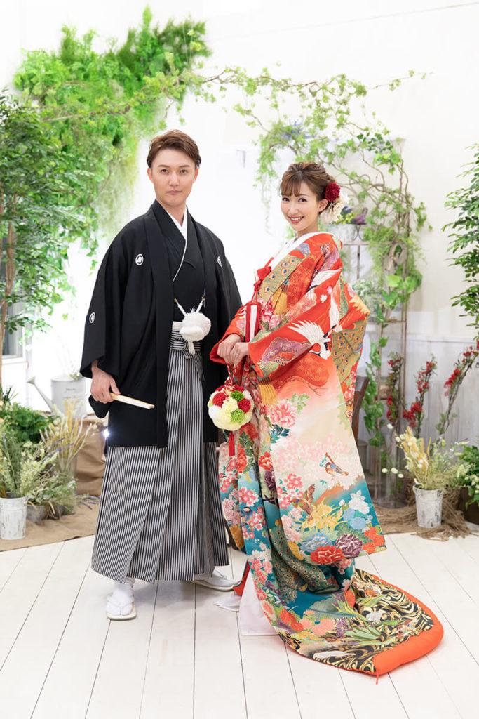プレシュウェディング撮影 和装袴の新郎と色打掛の花嫁 全身