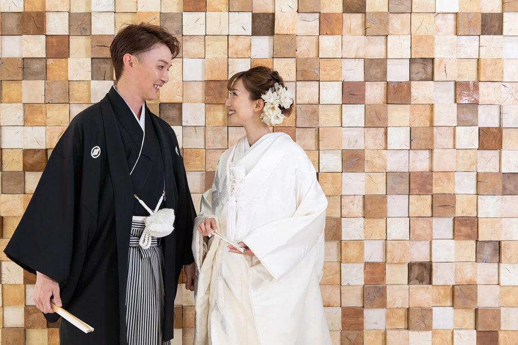 プレシュウェディング撮影 和装袴の新郎と白無垢の花嫁 全身