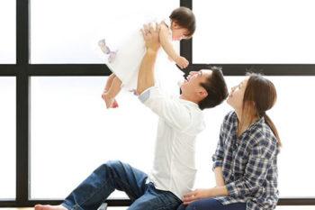 3人で家族写真 カジュアルにデニムコーデ プレシュスタジオ撮影