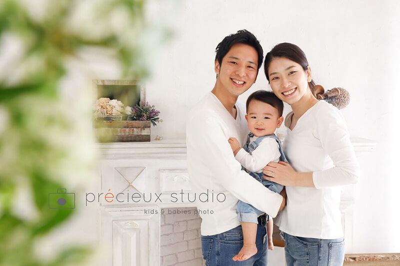 3人で家族写真 さわやかなデニムコーデ プレシュスタジオ撮影