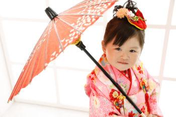3歳の女の子の七五三写真 和傘を持って撮影