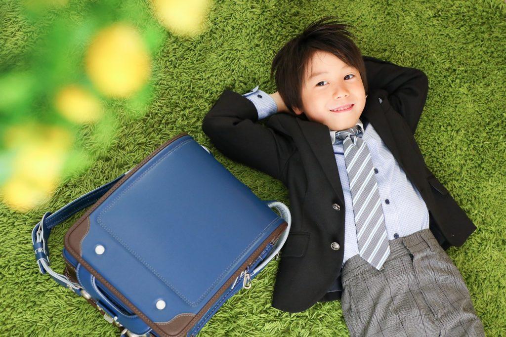 青いランドセルと入学記念写真