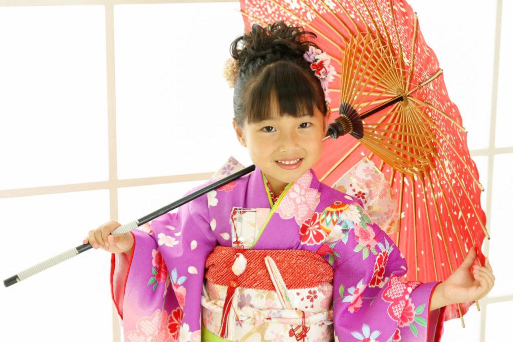 和傘を持った紫の着物の女の子の七五三写真