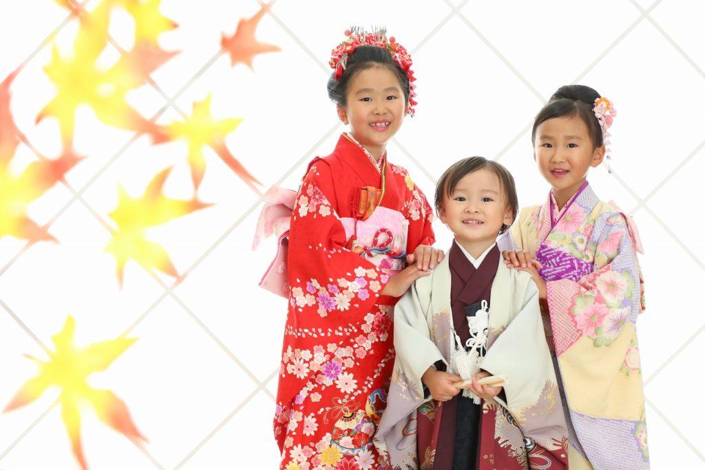 女の子2人と男の子で七五三記念写真 紅葉と和服姿