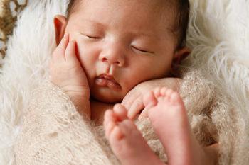 ニューボーンフォト撮影 おくるみで眠る赤ちゃん