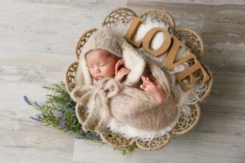 ニューボーンフォト撮影 おくるみの赤ちゃんとLOVEのオブジェ