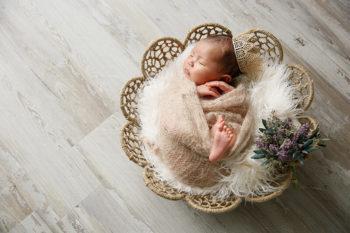 ニューボーンフォト撮影 おくるみで王冠をかぶった赤ちゃん