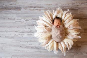 ニューボーンフォト撮影 おくるみの赤ちゃん