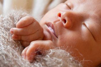 ニューボーンフォト撮影 赤ちゃんと手と顔のアップ
