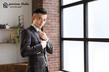 スーツを着た成人式の男性記念写真 プレシュスタジオ撮影