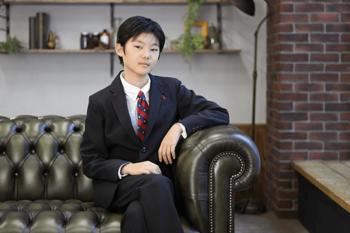 スーツを着た男の子のポートレート写真 プレシュスタジオ撮影