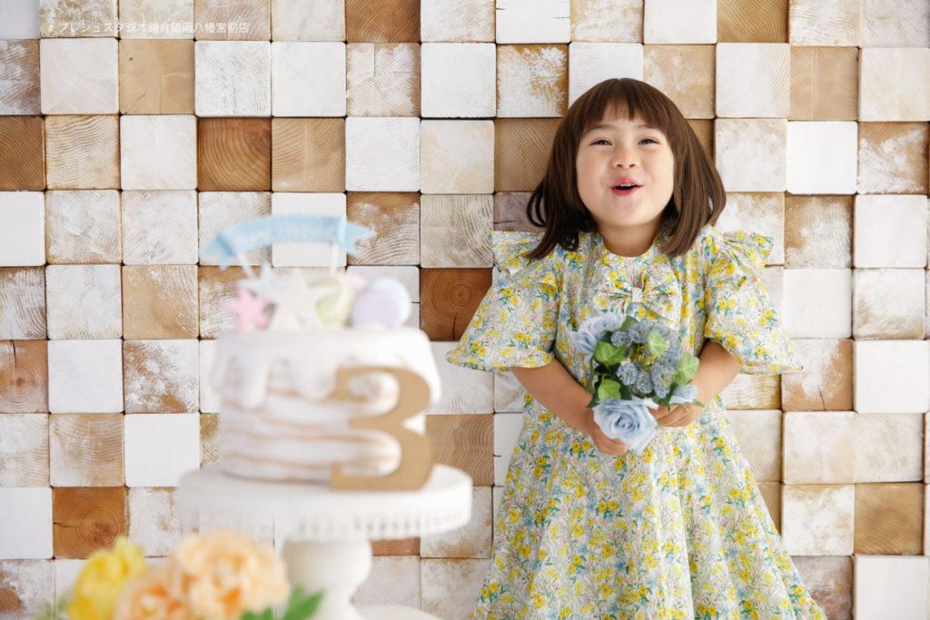 ドレスで3歳の記念写真