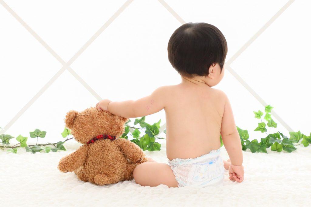赤ちゃんとくまのぬいぐるみの写真