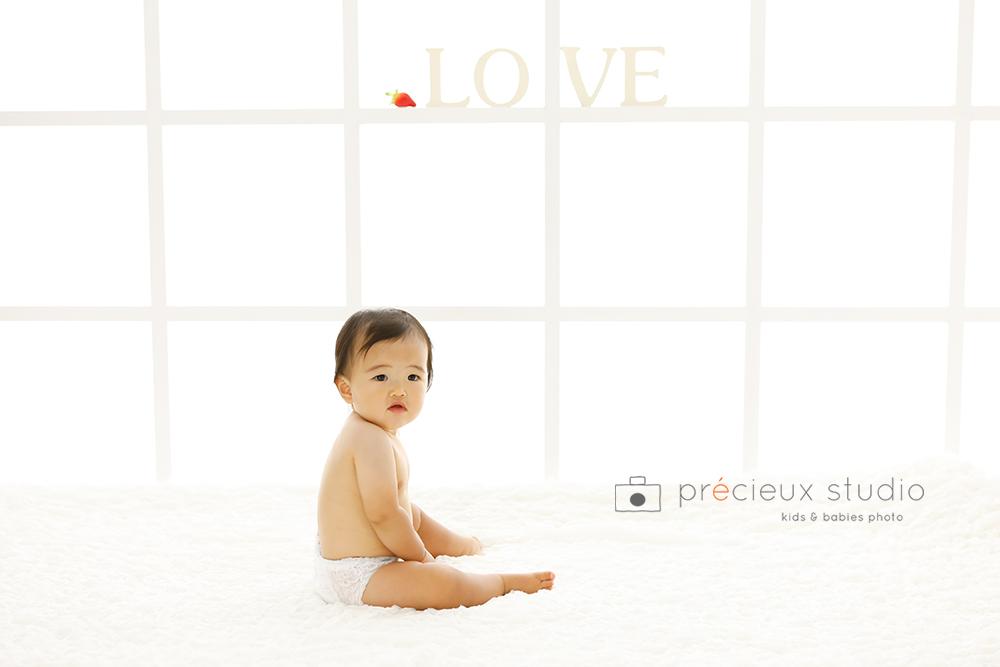 白い背景の赤ちゃん写真