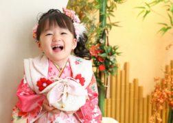 七五三の記念写真撮影 3歳の女の子 ピンクの着物被布