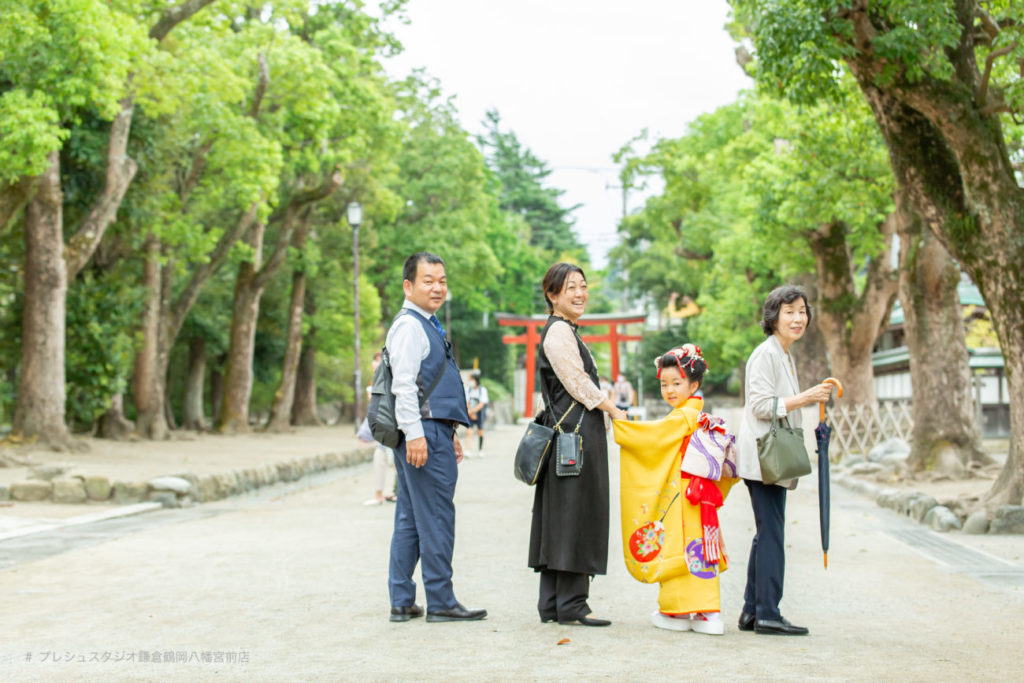 神社で七五三の記念写真撮影