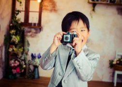 七五三でカメラを構える男の子の記念写真撮影シーン