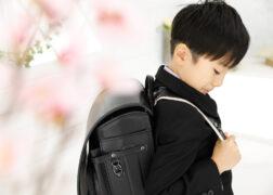 黒いランドセルと男の子の入学記念写真