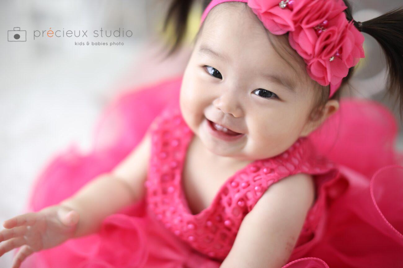 ピンクのドレスで1歳のお誕生日の記念写真撮影