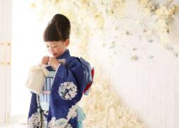 着物が映えるお花いっぱいの撮影シーン