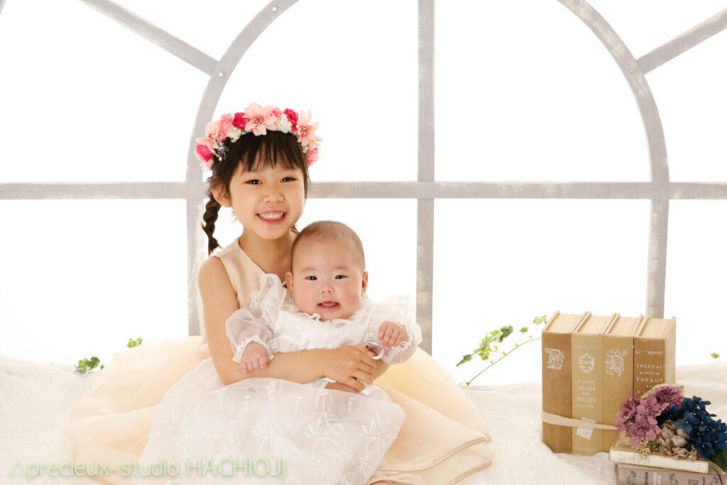 赤ちゃんとお姉ちゃんの記念写真