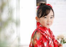 赤い被布・着物で3歳の七五三記念写真とバースデーフォト