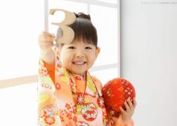 手鞠と3のモチーフを持って3歳の七五三記念写真
