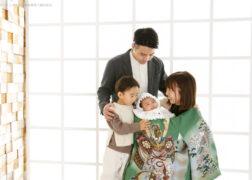 家族でお宮参りの記念写真