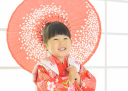 赤い着物で3歳の七五三記念写真撮影