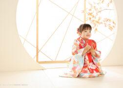 かわいい手鞠を持って3歳の七五三記念写真撮影