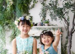 姉妹でワンピース お花がいっぱいの記念写真撮影
