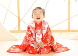 赤い被布で3歳の七五三記念写真撮影