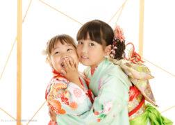姉妹で着物姿の七五三記念写真撮影 帯もかわいいミントグリーンの着物