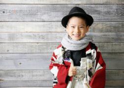 袴にハット姿で男の子の七五三記念写真