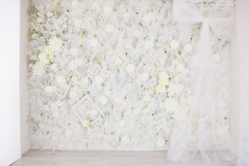 一面に白いお花を敷き詰めたスタジオセット